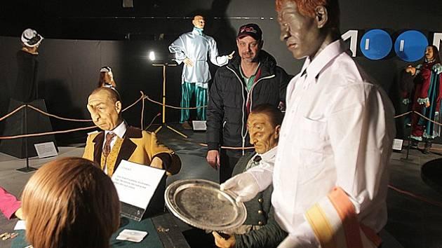 Výstava připomíná lidské bytosti, které musely svůj život prožít s anatomickými anomáliemi.