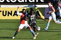 Fortune Bassey v souboji se slávistou Ousouem: Dynamo hrálo v lize doma s pražskou Slavií.