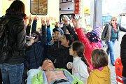 Světový den záchrany života oslavili jihočeští záchranáři na Piaristickém náměstí s těmi, kteří měli chuť vyzkoušet si masáž srdce.