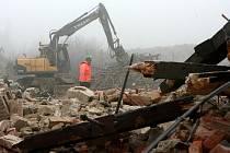 BAGRY V AKCI. Celkem jedenáct objektů v areálu bývalých kasáren ve Čtyřech Dvorech čeká demolice. Jsou ve špatném stavu a už dlouho neslouží žádnému účelu. Území, které získalo město od armády v roce 2001, má celkovou rozlohu o rozloze 18 hektarů.