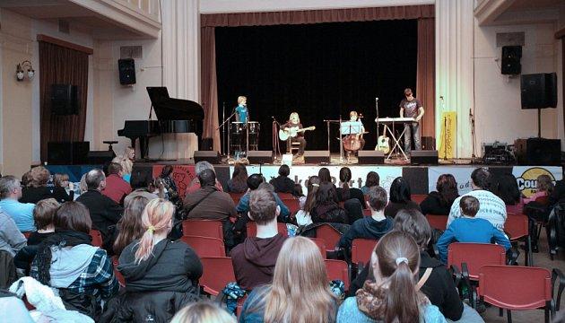 Finále soutěže Dětská Porta vbohnickém divadle, 31.leden 2015.Na jevišti kapela Votka.
