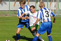 Kuta (vlevo) a Čermín bojují s Peťulem o míč v utkání krajského přeboru na Hluboké.  Peťule dal tři góly!