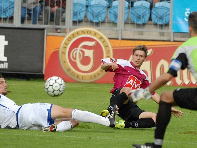 Tomas Radzinevičius posílá přes dlouhána Rolka míč ke vzdálenejší tyči, Jiří Adamec však z této šance gól nedal.