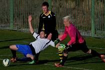 Na snímku z utkání Lažiště - Sedlice (3:0) bojují o míč Vlk, Čabrádek a Kozlík. O víkendu fotbalové soutěže v kraji pokračují.