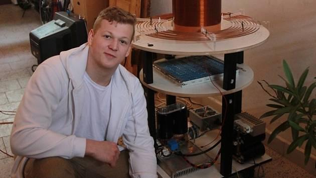 Mladý elektrotechnik Kamil Hála s Teslovým transformátorem, který si sám sestavil.