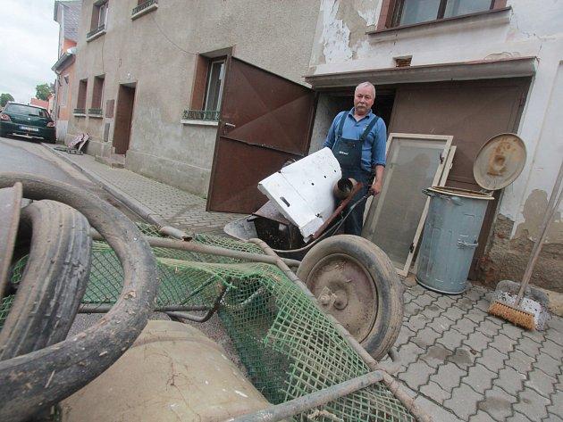 Likvidace následků povodně v Týně nad Vltavou,Jaroslav Hladký vyváží zatopenou garáž.