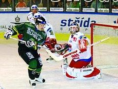 Brankář Mountfieldu Roman Turek zasahuje před karlovarským Zuckerem. Na západě Čech  českobudějovičtí hokejisté prohráli 2:3. V úterý odcestují k premiérovému duelu Ligy mistrů do Ufy.