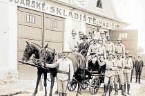 """Hasičská zbrojnice (1933). Sbor dobrovolných hasičů se v Ledenicích ustavil v roce 1877. První """"hasičárna"""", neboli hospodářské skladiště hasičské, jak se tehdy říkalo."""
