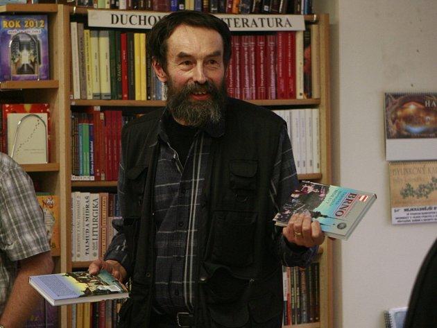Jan Bauer, nejprodávanější jihočeský spisovatel, veze do Prahy svou novou knihu Král zvedá meč.