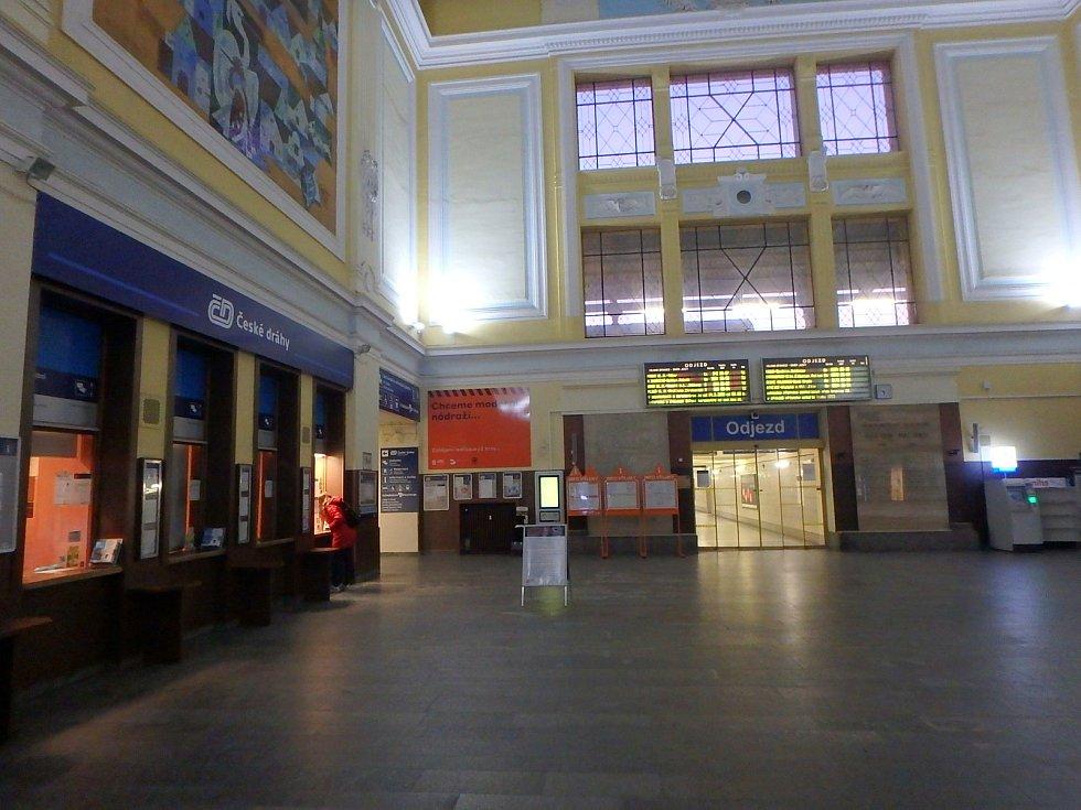 Ráno je vlakové nádraží v Českých Budějovicích takřka liduprázdné.