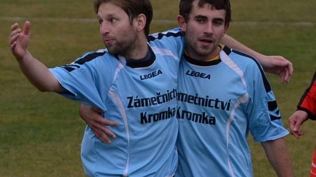 Fotbalisté Dražic (na snímku jsou Karel Novotný a David Fiala)dál kralují krajskému přeboru.