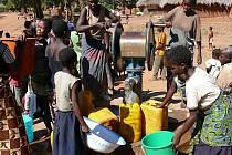 Funkční studna s pitnou vodou je pro mnoho Afričanů doslova zázrakem