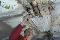 Oprava cihlové klenby při rekonstrukci katedrály svatého Mikuláše v Českých Budějovicích.