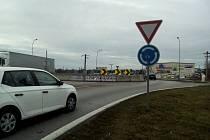 Kruhová křižovatka už vznikla v minulých letech na silnici I/3 v Litvínovicích (na snímku). Další chce kraj postavit kvůli Jihočeskému letišti v Plané.