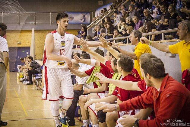 TÝMOVÝ DUCH. Talentovaný pivot Karel Aušprunk se během utkání hecuje se spoluhráči v týmu Lions Jindřichův Hradec.