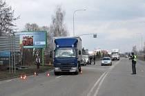 Místo nehody v Nádražní ulici. Muž zde úmyslně skočil do cesty nákladnímu vozu.