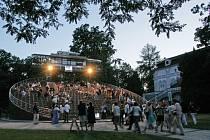 Fenomén divadla je v Českém Krumlově významně zastoupen už několik století. Bylo zde třeba známé zámecké divadlo. Otáčivé hlediště, které je významným moderním divadelním mezníkem, vzniklo v roce 1958. Původně bylo experimentem pro 60 diváků.