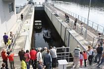 Obří výtah pro lodě na hněvkovické přehradě je druhou nejvyšší plavební komorou v Česku. Plavidlům umožňuje překonat patnáctimetrový rozdíl ve výšce hladin.