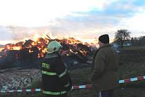 Po šesté hodině ranní vyjížděli ve středu hasiči z Českých Budějovic k požáru seníku na okraji obce Čakov.