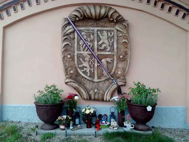 Václava Haaseho připomíná na domě vŠevětíně erb, který dostal vloni ktřicetinám od své rodiny.