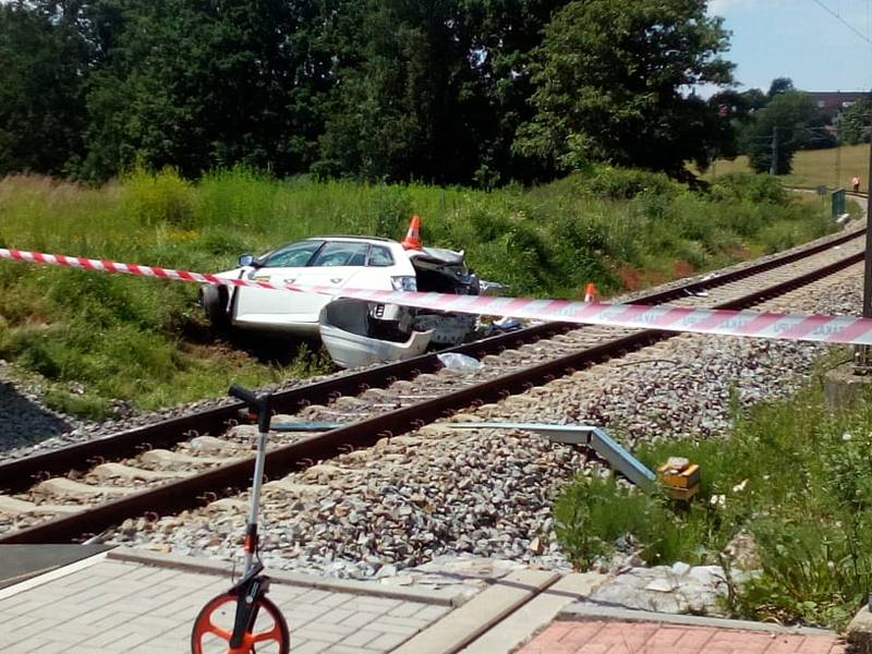 Tragický střet auta s vlakem na železničním přejezdu u Nedabyle na Českobudějovicku si vyžádal lidský život.