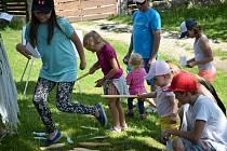 Na Den dětí se malí návštěvníci bavili na Pohádkové cestě v Zahájí.