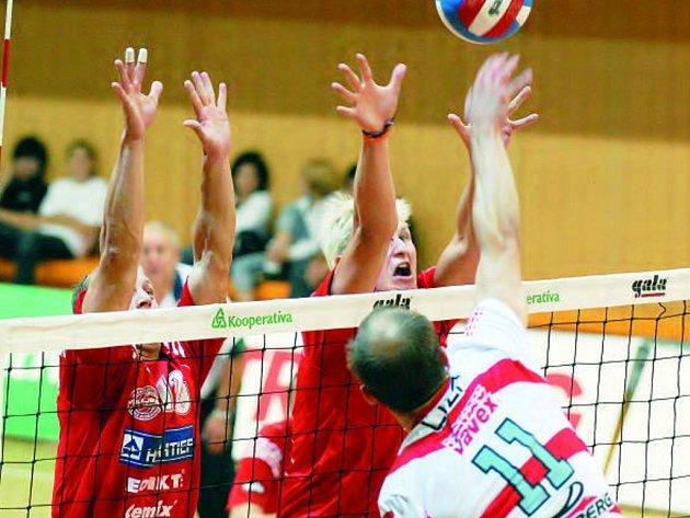 Na příbramském Turnaji mistrů byli českobudějovičtví volejbalisté nejlepší a po dvou letech se radovali z prvenství. Sládeček s Machem (zleva) blokují příbramského Čížka.