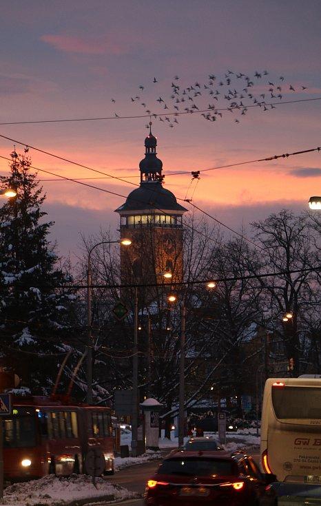 Nádherný východ slunce v Českých Budějovicích z oken redakce Deníku.