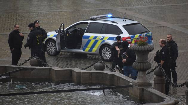 Dým zahalil v pátek navečer kašnu na náměstí Přemysla Otakara II. v Českých Budějovicích. Mohlo jít o zklamané fotbalové fanoušky, kteří nepřenesli přes srdce, že byl kvůli koronaviru zrušen zápas Dynama.