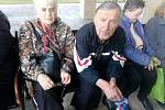 Poslední rozloučení s hercem Jiřím Pomeje. Na snímku hercův kamarád Milan Košek a paní Hana z Č. Budějovic.