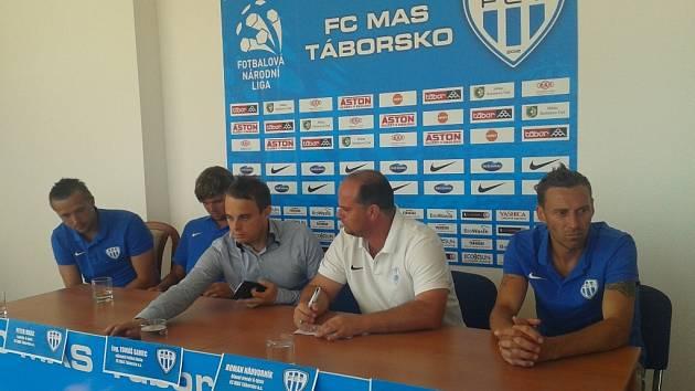 Na tiskovce Táborska zleva Michal Toma, Peter Mráz, výkonný ředitel Tomáš samec, trenér Roman Nádvorník a Jan Šimák.