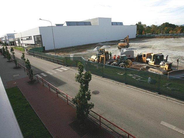 V budějovické pobočce firmy Robert Bosch se staví nová hala kvůli rozšíření výrobních a vývojových kapacit.