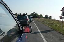 Semafory regulovaly ještě nedávno dopravu u Zvěrkovic. Teď už tu nová silnice čeká jen na doplnění krajnic a středové čáry.