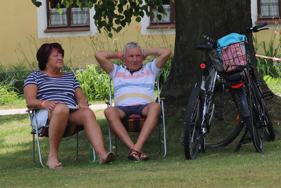 Léto s dechovkou v Holašovicích.