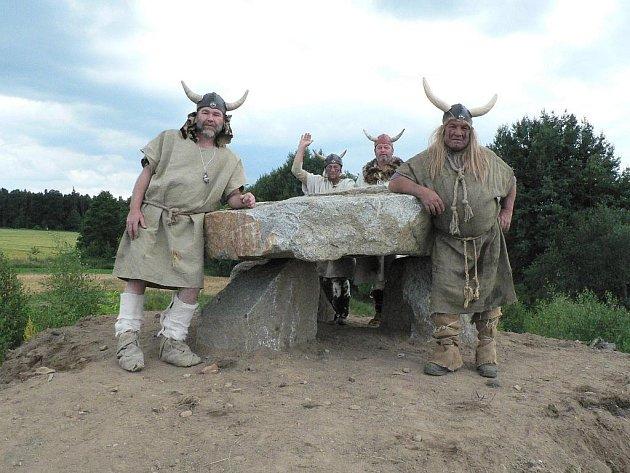 V areálu u Holašovic  vznikla napodobenina dolmenu. Akci provázela slavnost.