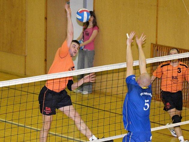 Volejbalisté EGE ČB jsou v první lize suverénní.  Na snímku útočí blokař Miroslav Kozák (vlevo).