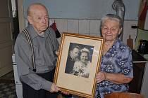 Antonín Šulák s manželkou Věrou drží svatební fotografii z února 1948