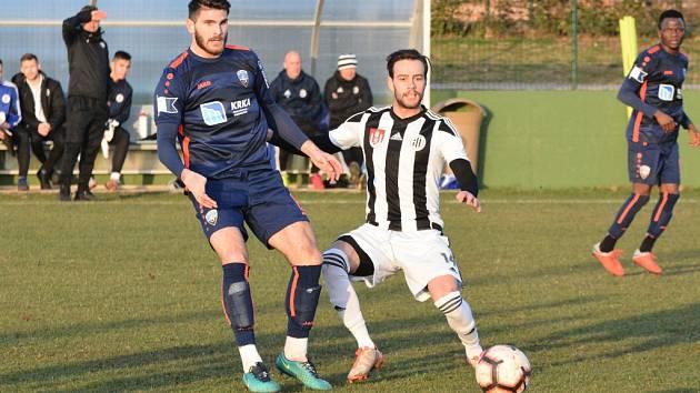 Fotbalisté Dynama v úvodním utkání Medulin Cupu v Chorvatsku porazili Šibenik 2:0. Na snímku Roman Wermke v souboji s Lukou Fuštinem.