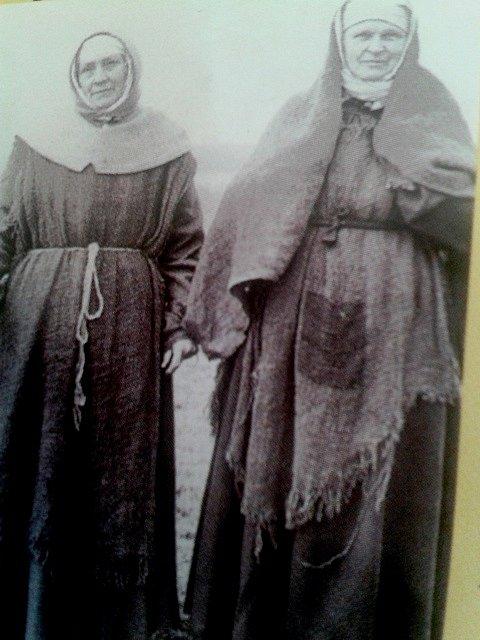 Svéradické ženy oblečeny do venkovských hábitů.