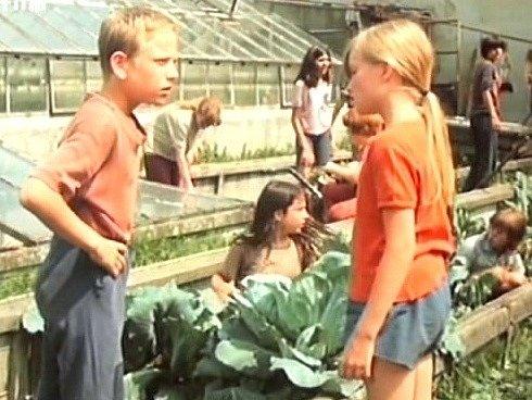 Záběr z filmu Skleněný dům. Práce ve sklenících. Na snímku Martin Vedral a Michaela Kudláčková.