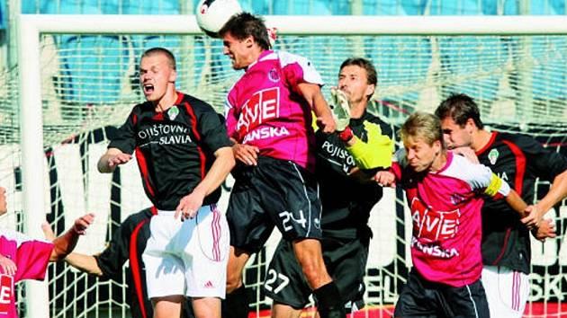 Jiří Peroutka vyhrál vzdušný souboj se žižkovským gólmanem Bartalským, míč po jeho hlavičce ale skončil bohužel jen na břevně branky hostí. Dynamo hrálo doma se Žižkovem jen 1:1.