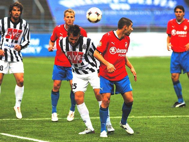 Pro pětadvacetiletého Petra Šímu (na snímku hlavičkuje před Rezkem, vzadu Sedláček a Limberský) měl zápas v Plzni zvláštní náboj – zahrál si proti svým bývalým spoluhráčům.