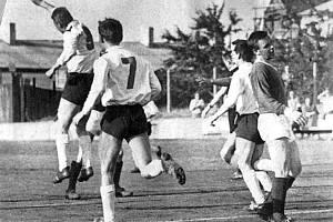 Jindřich Novák se raduje z jednoho z deseti gólů, které v divizním derby v roce 1967 fotbalisté Dynama v S. Vrbném nastříleli tamní Lokomotivě.