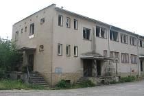 Bývalý hotel Racek ve Zlivi přidělával místním vrásky po patnáct let, kdy chátral a dokonce vyhořel. Starostovi obce se nyní podařilo zprostředkovat prodej objektu stavební firmě a do konce příštího roku by se ruina měla přeměnit v nové byty