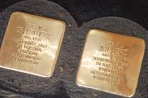 Jedenáct Kamenů zmizelých za českobudějovické oběti nacismu usadil vlastnoručně do chodníků sochař Günter Demnig, autor konceptu.