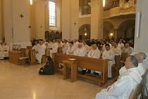 Obnovení kněžských závazků se konalo včera na Zelený čtvrtek dopoledne při Missa Chrismatic v českobudějovické katedrále sv. Mikuláše, kam se sjely desítky kněží z celé diecéze. Velikonoční obřady zde pokračovaly i odpoledne.