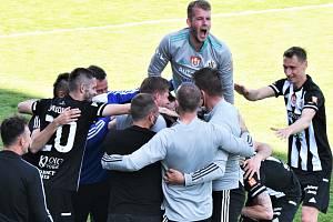 V minulém utkání I. ligy s Pardubicemi fotbalisté Dynama doma vyhráli 2:0 (na snímku obrovská radost po Čoličově gólu na 2:0) a rádi by tři body získali také dnes, kdy s Pardubicemi opět hrají doma od 16 hod.).