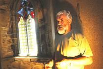 Na snímku upozorňuje ředitel Jihočeského muzea Pavel Šafr na barevnou okenní vitráž, která je součástí zvykoslovné  části expozice.