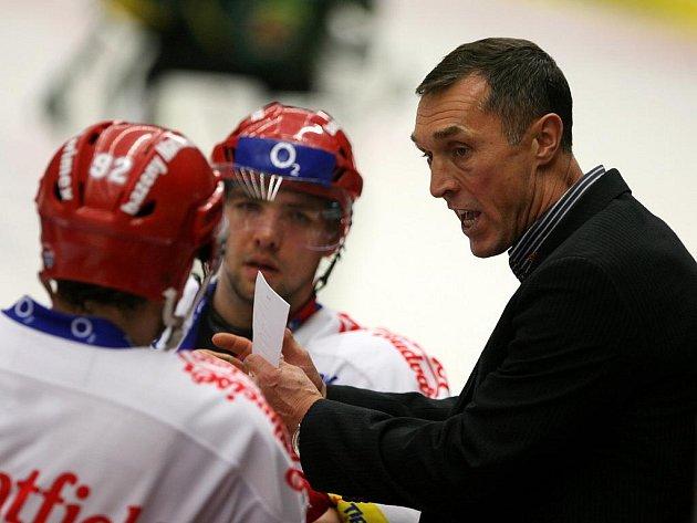 Trenér Jan Tlačil udílí před koncem pokyny.