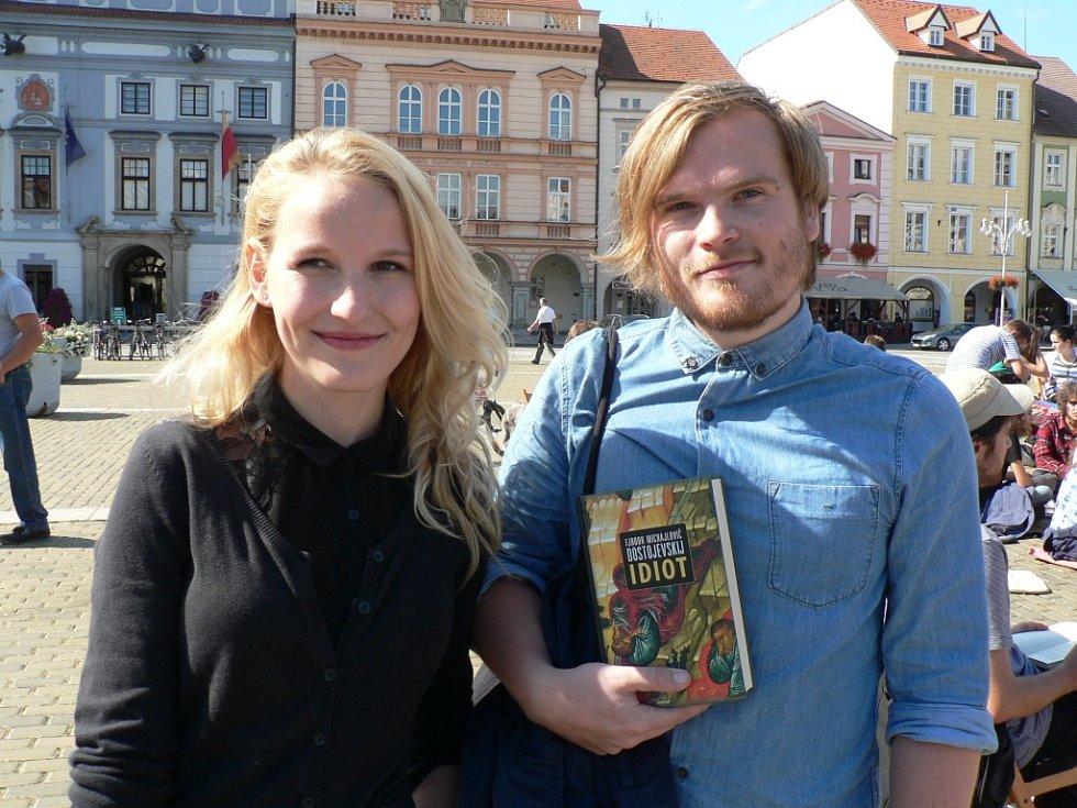 Sobota 14. září 2013 v ČB. Občané proti extremistům protestovali Knihováním - čtením na náměstí Přemysla Otakara II.